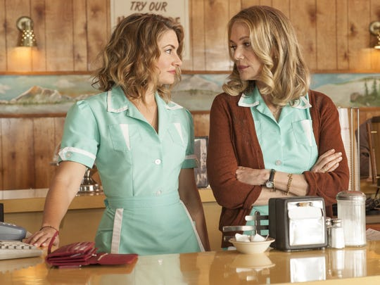 Shelly (Mädchen Amick), left, and Norma (Peggy Lipton)