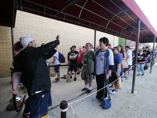 Kevin Smith greets fans before the start of Vulgarthon