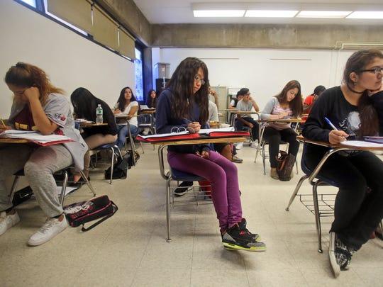 Estudiantes en una clase de historia de los Estados Unidos en Yonkers. De nueve escuelas locales consideradas  «en problemas » por parte del estado, ocho se encuetran en Yonkers.