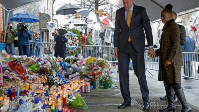 New York Mayor Bill di Blasio and wife visit scene of murder of two NYPD officers