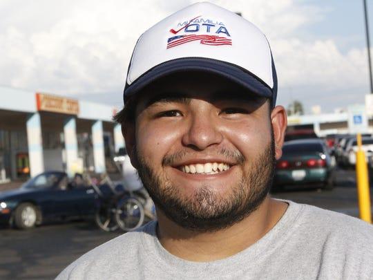 Hector Salinas de Mi Familia Vota registra a personas para votar como parte de la campaña de One Arizona.