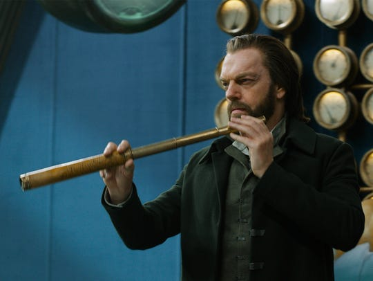 Thaddeus Valentine (Hugo Weaving) leads London in its