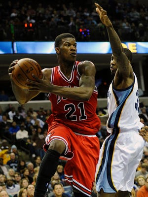 Bulls guard Jimmy Butler gets around Grizzlies forward Ed Davis for a pass during Monday's win.