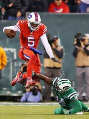 Buffalo QB Tyrod Taylor (5) tries to evade a defender.