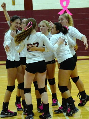 The Verona girls volleyball team extended its winning streak to 13 with a 2-0 home victory over MKA.