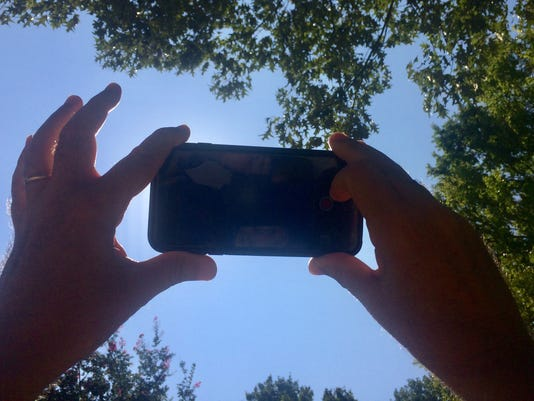636387400307407868-solar-eclipse-phones.jpg
