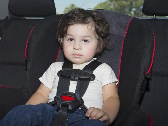 Esdres Lopez-Gascar de dos años está sentada en su nuevo asiento de seguridad infantil durante un evento para padres en el Banner Desert Medical Center de Mesa el 20 de junio de 2015.