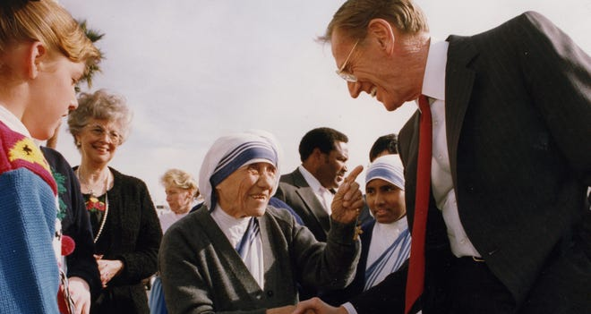 Charles Keating Jr., seen here at Sky Harbor International Airport with Mother Teresa, will never escape his scandalous history in spite of his philanthropy.