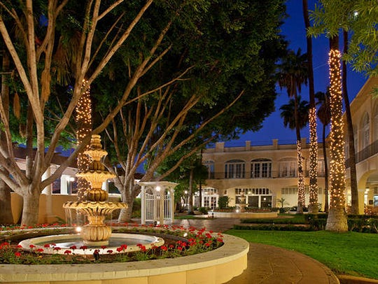 The courtyard fountain at Crowne Plaza San Marcos Golf