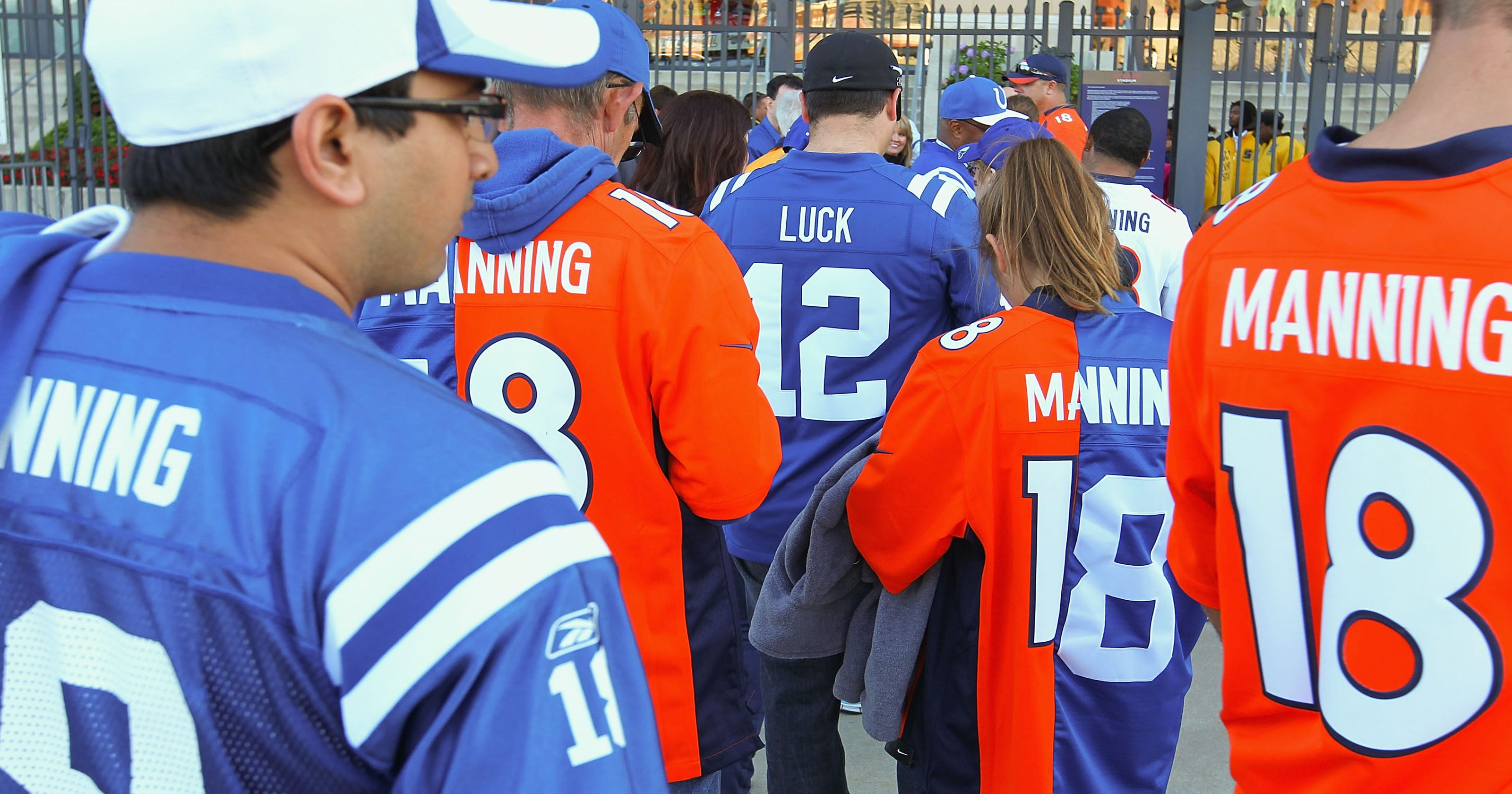 brand new dec00 b8666 Loyalties in Indianapolis split as Peyton Manning returns