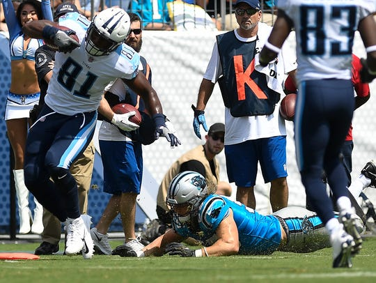 Tennessee Titans tight end Jonnu Smith (81) pulls away