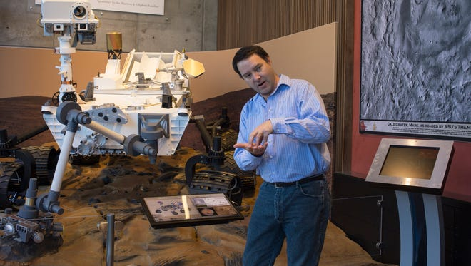 ASU Professor Jim Bell explains how the Curiosity rover landed on Mars, in the School of Earth and Space Exploration building.