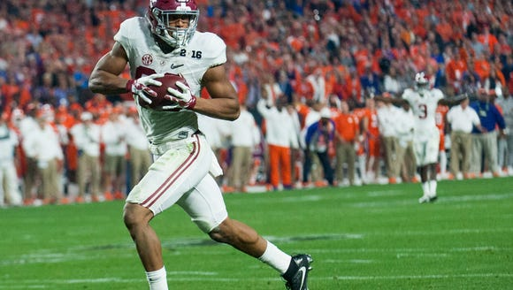 Alabama tight end O.J. Howard (88) scores his second