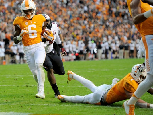 Tennessee running back Alvin Kamara (6) runs for a touchdown against South Carolina during the first half of an NCAA college football game at Neyland Stadium in Knoxville, Tenn. on Saturday, Nov. 7, 2015. (Adam Lau/Knoxville News Sentinel via AP)