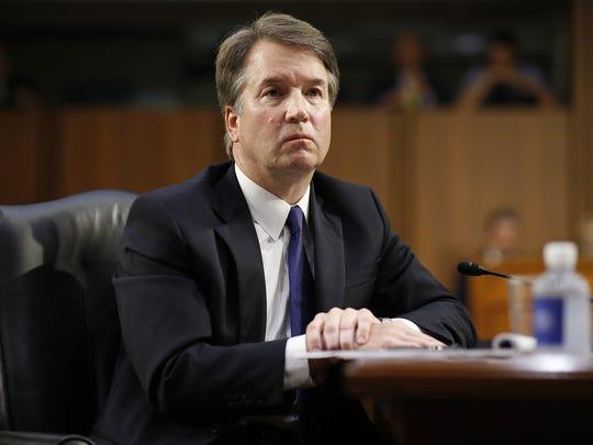 El juez Brett Kavanaugh escucha a los senadores durante
