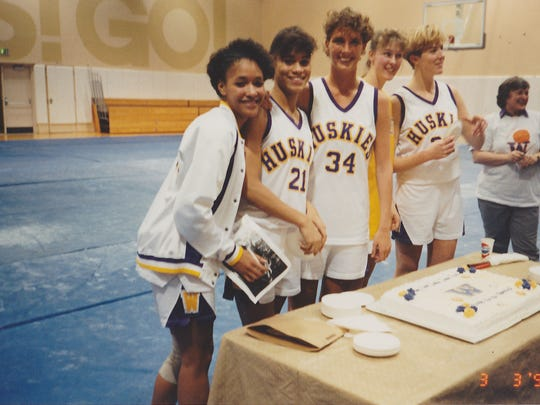 Amy Mickelson (34) and some of her teammates at Washington in March 1990.