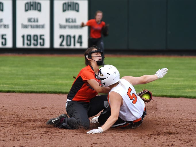 Zanesville times recorder zanesvilletimesrecorder riley harris tags out during out zoiee smith at second solutioingenieria Image collections