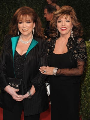 """Author Jackie Collins, left, posed with her sister, actress Joan Collins, star of the '80s TV show """"Dynasty,"""" at a Vanity Fair Oscar party in West Hollywood, Calif., before her death in 2015. Joan opens up about their relationship in the new documentary """"Lady Boss."""""""