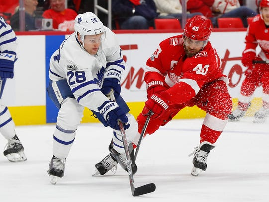 Maple Leafs right wing Connor Brown (28) battles for
