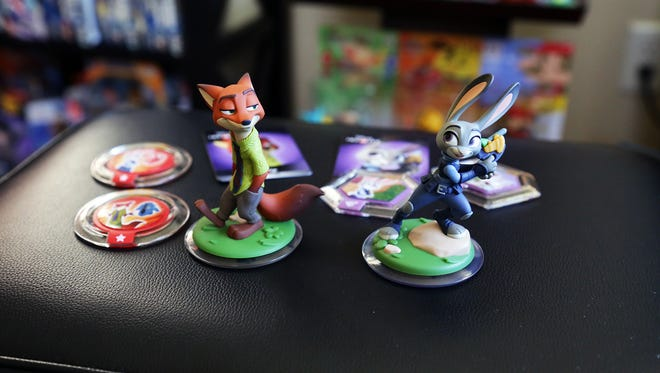 Unboxing of Disney Infinity 3.0 Zootopia Nick Wilde and Judy Hopps figures, Power Disc Pack.