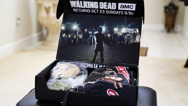 """This unboxing of the October 2016 """"Horror"""" themed Loot Crate includes items from The Walking Dead, Friday the 13th, Nightmare of Elm Street and Texas Chainsaw Massacre."""