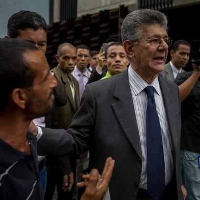 El presidente de la Asamblea Nacional de Venezuela, Henry Ramos Allup (d), camina en las inmediaciones del Ministerio Público en Caracas (Venezuela).