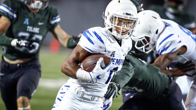 University of Memphis running back Tony Pollard (middle) scrambles pas the Tulane University defense for a 58-yadrd touchdown run during first quarter action in Memphis, Tenn., Friday, October 27, 2017.