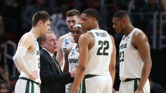 Michigan State coach Tom Izzo talks to his players during a timeout against Syracuse in the NCAA tournament Sunday, March 18, 2018 at Little Caesars Arena.