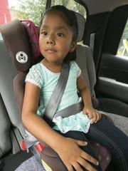 Se muestra a Ana Garcia de cinco años sentada en su asiento elevado o 'booster seat', en el Phoenix Children's Hospital el 6 de agosto de 2015.