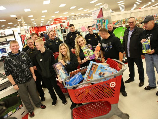 636170623191169205-OL-121116-Shopping-with-Cops-C.jpg