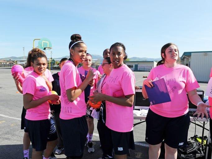 Miembros del equipo femenino de baloncesto de la Universidad