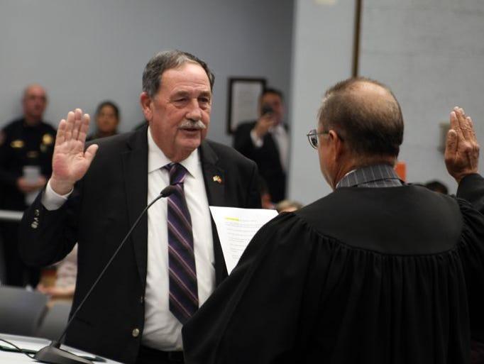 El alcalde Joe Gunter hizo el juramento al cargo durante