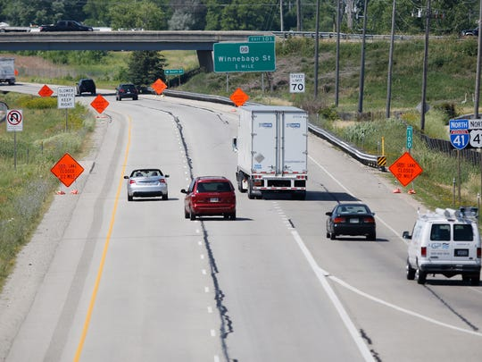 Signs alert of a left-lane closure ahead on I-41 northbound