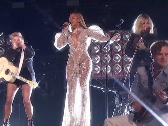636137232179597754-Beyonce-Dixie-Chicks.jpg