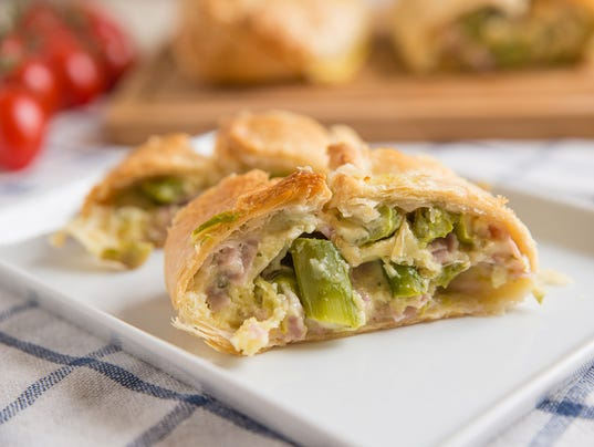 Pastry filled with ham, cheese and green asparagus