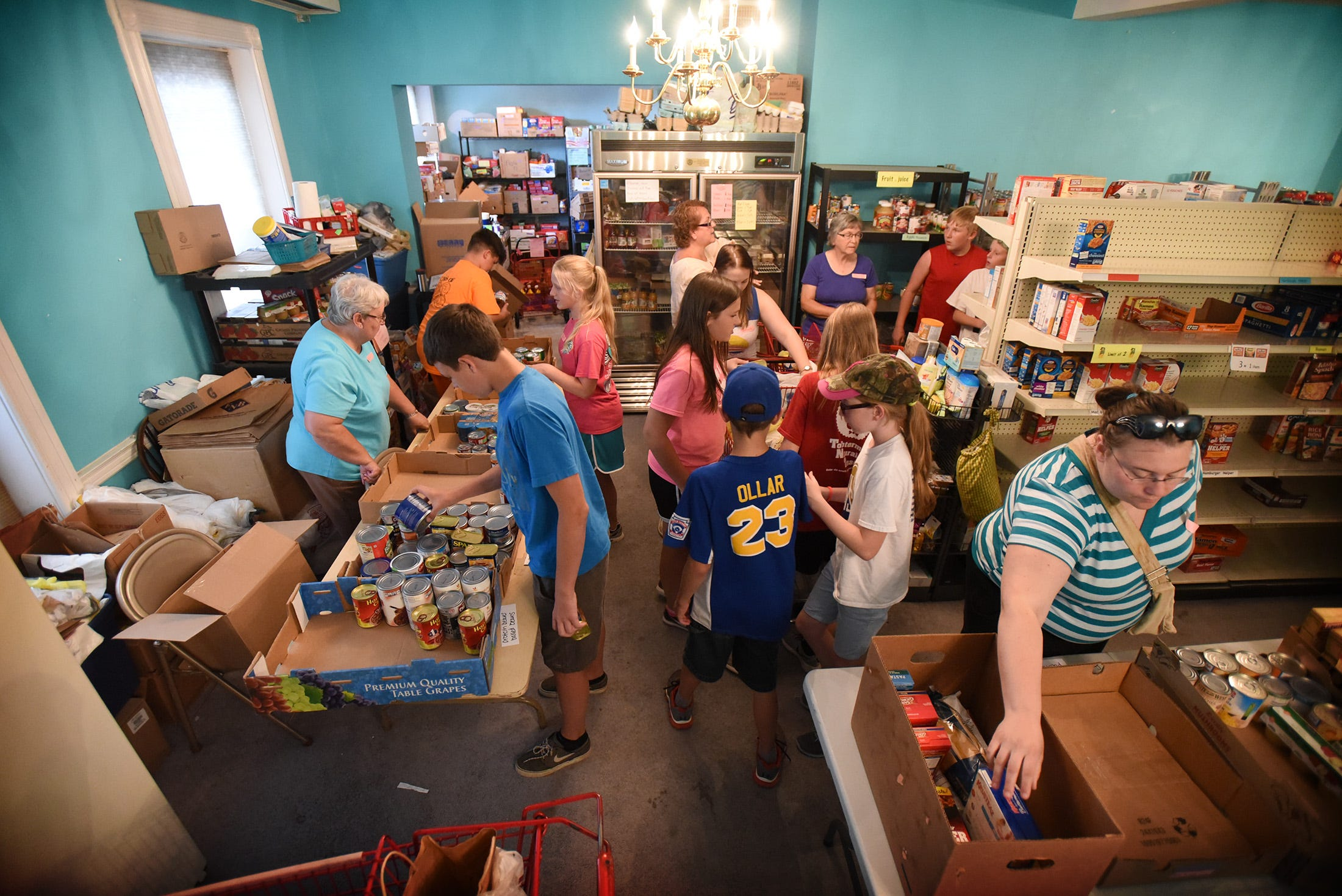 PHOTOS Ono group lends a helping hand at food pantry