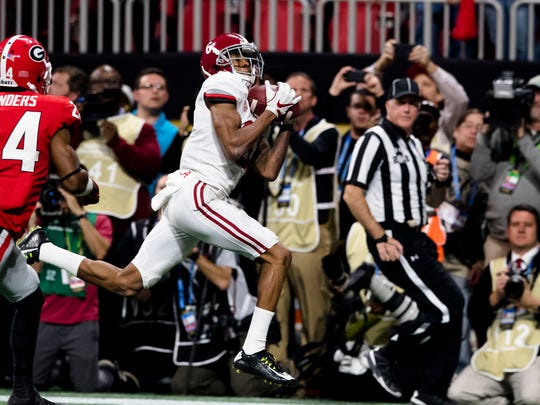 Alabama wide receiver DeVonta Smith (6) catch game winning touchdown in overtime during the NCAA National Championship football game between Alabama and Georgia on Monday, Jan. 8, 2018, in Atlanta, Ga.