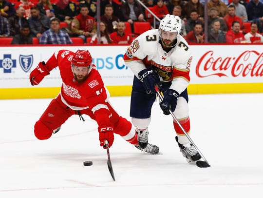 Red Wings right wing Luke Glendening (41) and Panthers