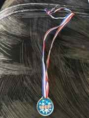 La primera medalla que Jocelyn recibió era de plástico.