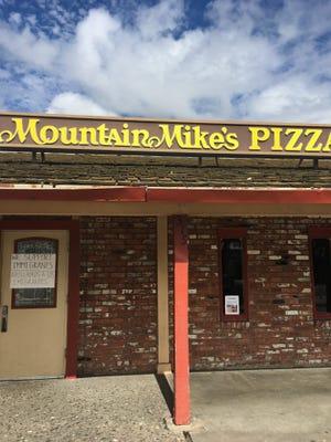 """La pizzeria Mountain Mike's cerro el negocio con un letrero en la puerta que dice en inglés y español """"Apoyamos a los inmigrantes""""."""