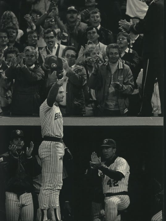1987 Press Photo Paul Molitor acknowledged crowd