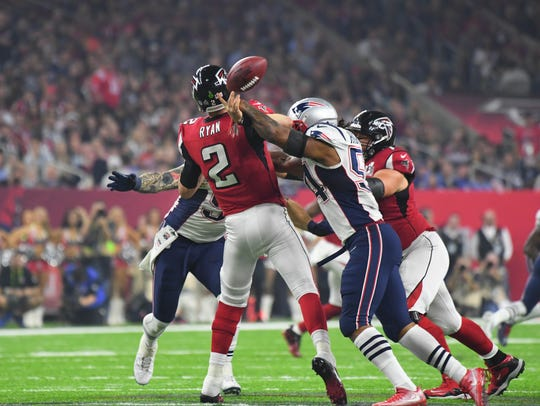 New England Patriots linebacker Dont'a Hightower forces