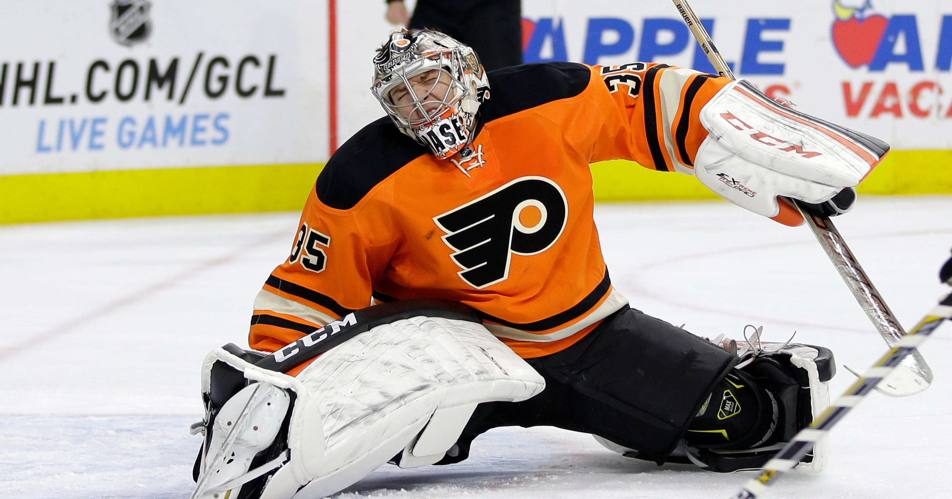 Flyers  Steve Mason leaves game with apparent right knee injury fd9997535