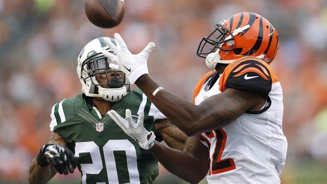 Cincinnati Bengals wide receiver Mohamed Sanu (12) catches a first quarter touchdown pass against the New York Jets cornerback Kyle Wilson (20).