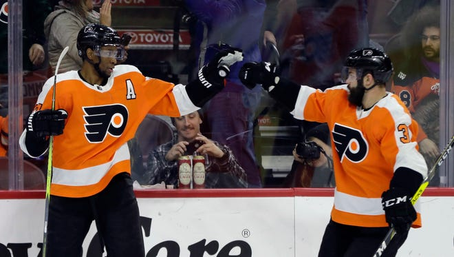 Wayne Simmonds, left, was one of five Flyers to score a total of six goals.