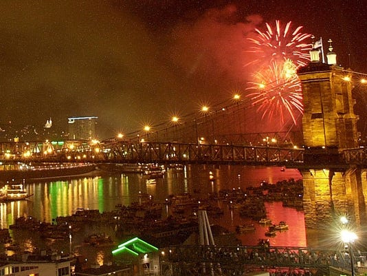 Text: 2000.09.03.12.2 RIVERFEST-METRO: Crowds of boats gather on the OHio River under the Roebling Suspension Bridge watching the Riverfest fireworks show. The Cincinnati Enquirer/ Brandi Stafford .bs.