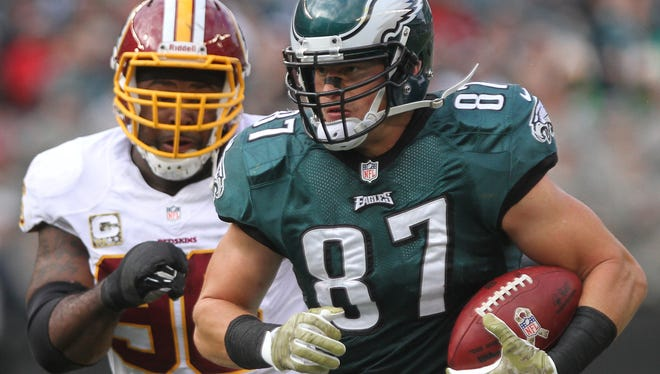 Eagles tight end Brent Celek breaks away after catching a short pass Sunday. The Eagles scored on the next play.