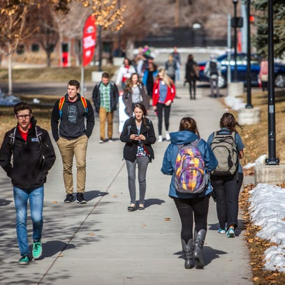 Southern Utah students make their way across campus