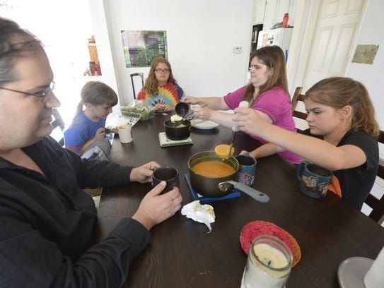 3/18/14 4:40:28 PM -- Chatsworth, CA, U.S.A: Nikki and Bill Maxwell with their children: Logan, 8 (second from left) Erin, 14 (center) and Morgan, 12 (right)eating dinner in their Chatsworth home.  Photo by Robert Hanashiro, USA TODAY staff -- USA WEEKEND - Hunger in America story - Nikki Maxwell, in San Fernando Valley, lives with husband and three small kids. They both lost their income and then went to the food bank in their community. They've qualified for food stamps sporadically but the times when they didn't receive food stamps they supplemented with monthly visits to the food bank.  --    ORG XMIT:  RH 130817 USA - Hunger 03/18/2014 [Via MerlinFTP Drop]