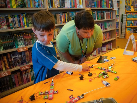 Trulen Hatley, 5, works on building a circuit with
